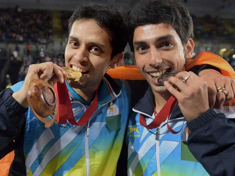 Parupalli Kashyap (L) and RMV Gurusaidutt (R) pose with their medals at the Commonwealth Games.