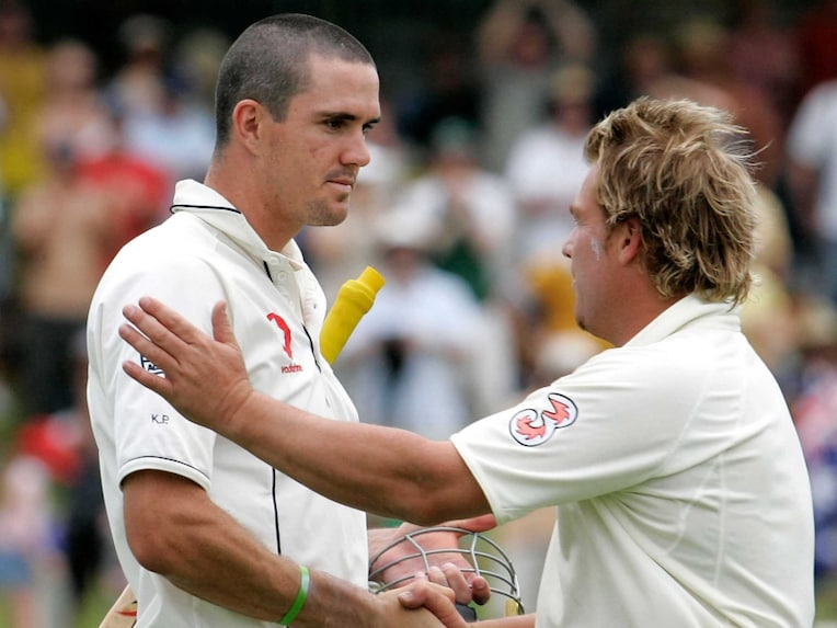 Shane Warne (R) shakes hands with Kevin Pietersen after the third Ashes Test against in Perth, 18 December 2006.