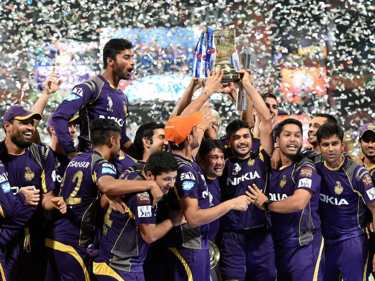 Kolkata Knight Riders players with trophy