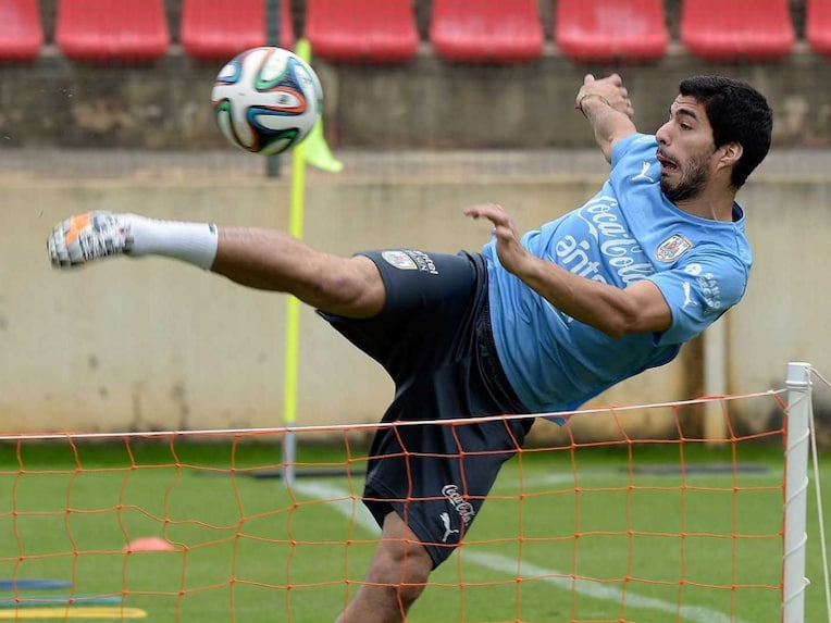 Luis Suarez football training