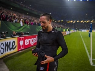 Franck Ribery Hit in the Face With Scarf by Hamburg Fan