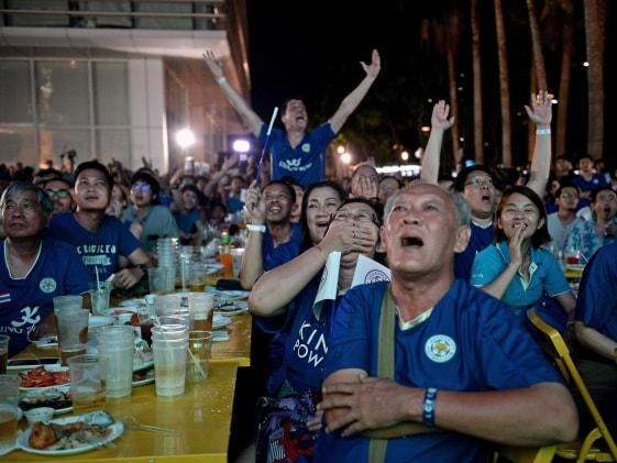 Monk Leads Thai Fans in Lauding New Premier League Champions Leicester City
