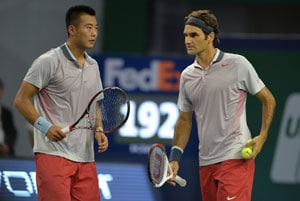 Roger Federer (right) and Zhang Ze