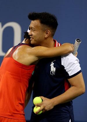 US Open 2013: During defeat to Serena Williams, Francesca Schiavone hugs a ballboy