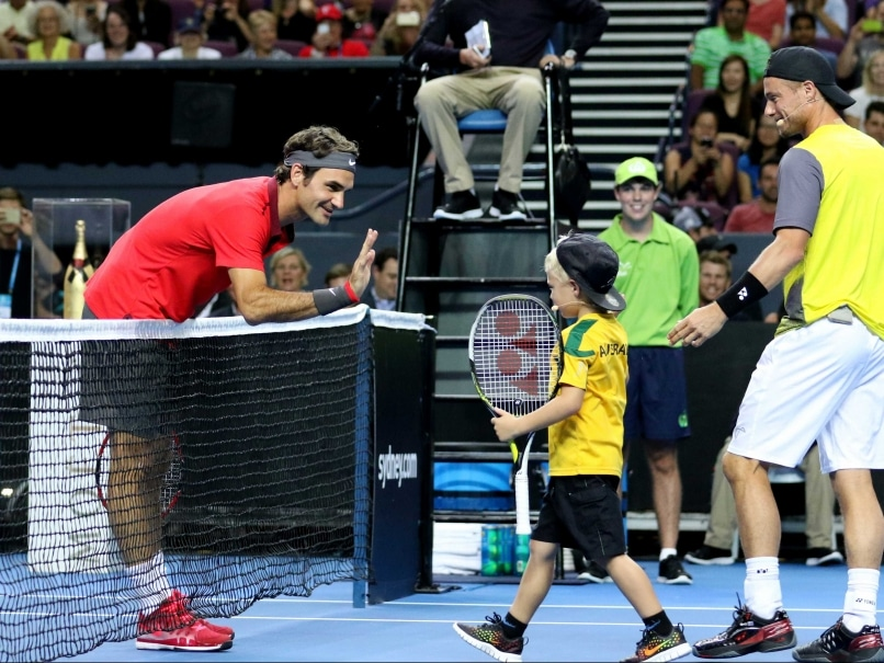 Roger Federer Beats Lleyton Hewitt in Short-Form Exhibition