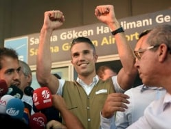 Robin van Persie Gets Rousing Welcome From Fenerbahce Fans