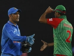 How A Photo of Mahendra Singh Dhoni's Chopped Head Being Held by Bangladesh Pacer on Twitter Goes Viral