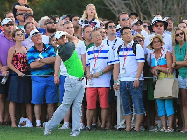 Rory McIlroy Moves within a Stroke of Dubai Lead