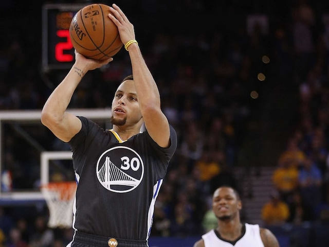 Stephen Curry Scores 19 Points as Golden State Warriors Beat Sacramento Kings to Improve to 18-0