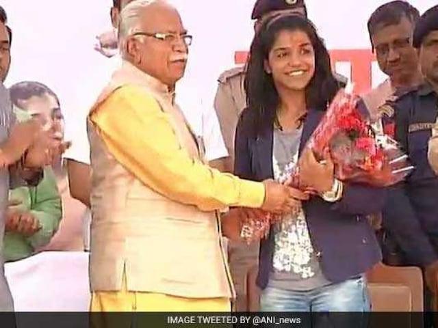Sakshi Malik Reaches Haryana, Presented Rs 2.5 Crore Cheque