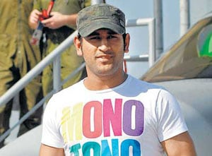 Dhoni's fan detained for trying to enter his home