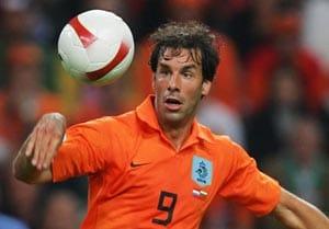 Malaga confirm van Nistelrooy signing