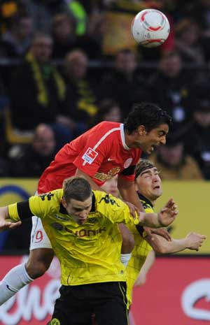 Mainz poach late point at leaders Dortmund