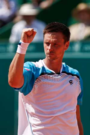 Soderling struggles in first clay win