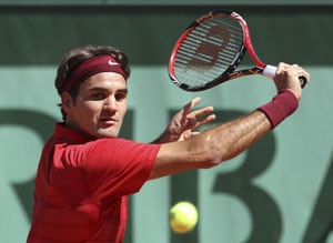 Federer moves into 3rd round at French Open
