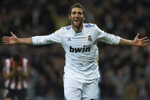Higuain returns to pitch after surgery