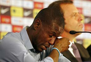 Tearful Eric Abidal ends Barcelona playing career