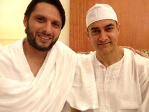 Shahid Afridi meets Aamir Khan in Mecca while on Hajj