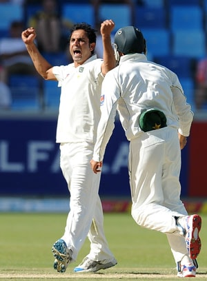 Umar Gul helps Pakistan rout England in first Test