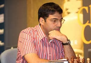 Viswanathan Anand crushes Levon Aronian to jump to joint lead