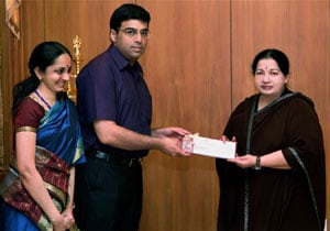 Jayalalithaa hands over Rs 2 crore to Viswanathan Anand