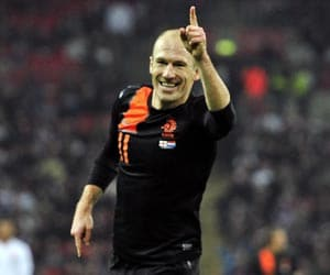 Robben doubles up as Dutch down England