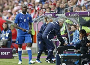 Confederations Cup: Mario Balotelli exits Italy training with leg injury