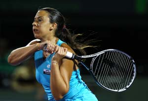 Marion Bartoli battles through at Charleston