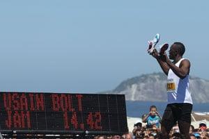 Usain Bolt coasts to 150m victory in Rio's Copacabana beach