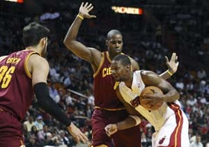 Bosh's big finish helps Heat top Cavaliers 92-85