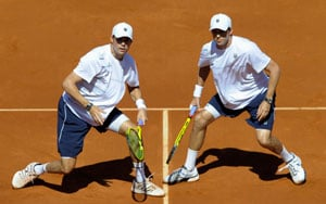 Bryan brothers keep US Davis Cup hopes alive