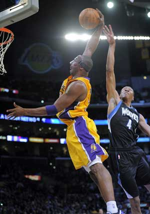 Masked Kobe Bryant leads Lakers' blowout of Timberwolves