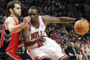 NBA Roundup: Luol Deng saves Bulls at buzzer in overtime