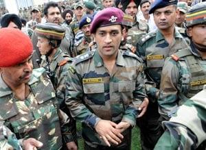 Dhoni ends Jammu & Kashmir trip with visit to Kargil war memorial