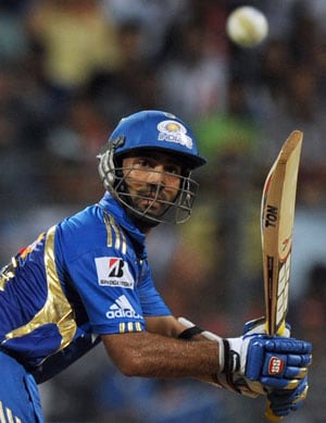 IPL 2013: Dinesh Karthik fined five per cent match fee for showing dissent