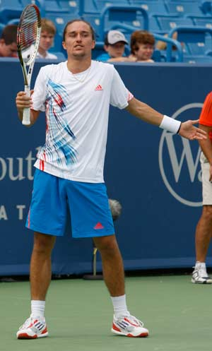 Dolgopolov out in 1st round at Cincinnati