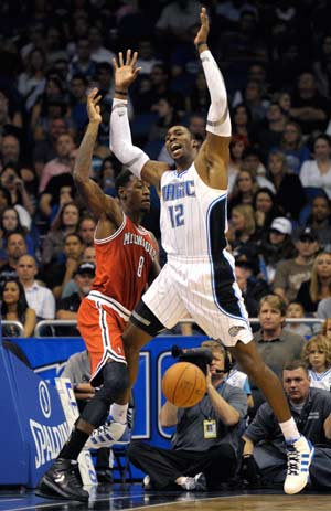 Dwight Howard propels Magic past Bucks