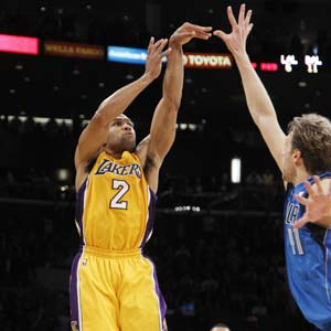 Fisher's late 3 pushes Lakers past Mavericks 73-70