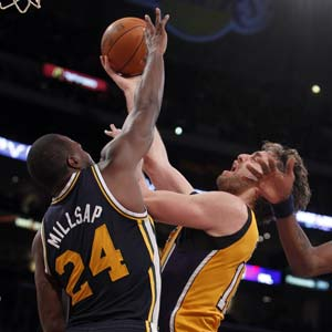 Lakers rout Jazz, avoid 0-3 season start