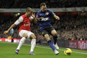 Giggs signs for 23rd straight season with United