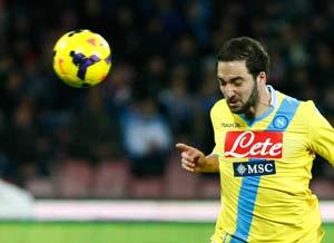 Napoli's Higuain outclasses AC Milan to leave Mario Balotelli in tears