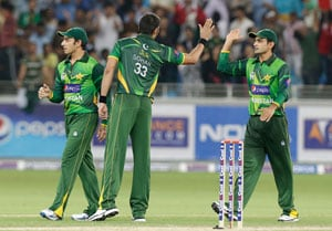 Pakistani spinners wreck Australia in first T20