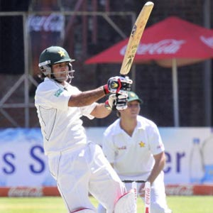 Patient Pakistan crawl towards first-innings lead