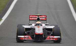 Fuming Lewis Hamilton complains of people dropping debris