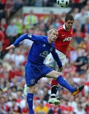 Hernandez helps United beat Everton