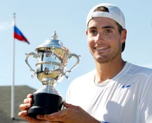 Top-seeded Isner stands tall in Newport
