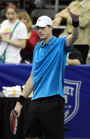 Isner advances to quarters at Memphis