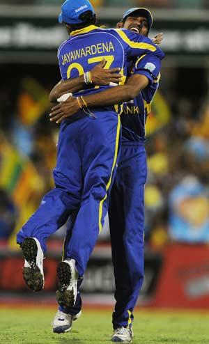 Sri Lanka beat Australia to dump India out of CB Series