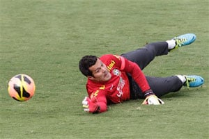 Brazil goalkeeper Julio Cesar out for up to 8 weeks