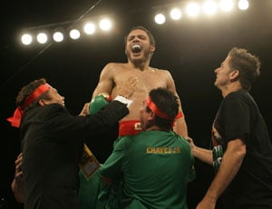 Unbeaten Julio Cesar Chavez Jnr stops Andy Lee to keep crown